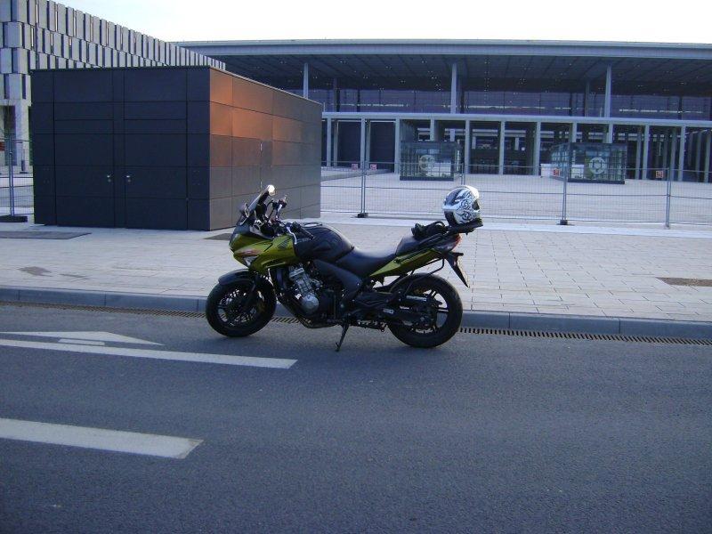 """Meine Honda am Hauptgebäude vom Flughafen Berlin Brandenburg """"Willy Brandt"""" (klick)"""